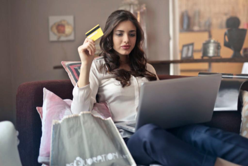Find tips til at sammensætte outfits og købe tøj online